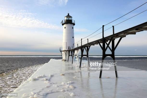 lighthouse on lake michigan in winter - rainer grosskopf stock-fotos und bilder