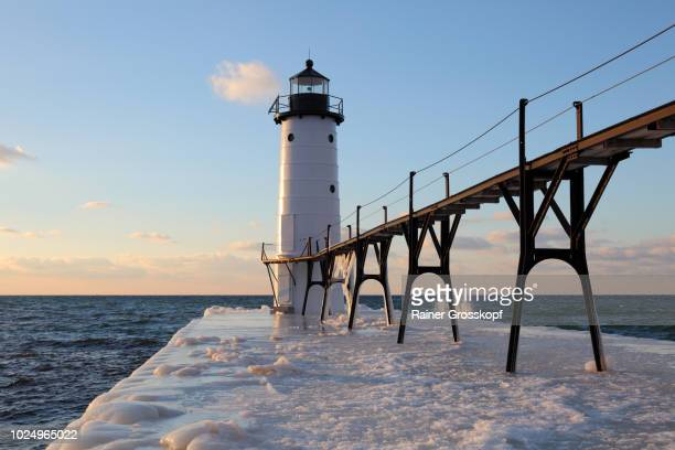 lighthouse on lake michigan in winter - rainer grosskopf photos et images de collection