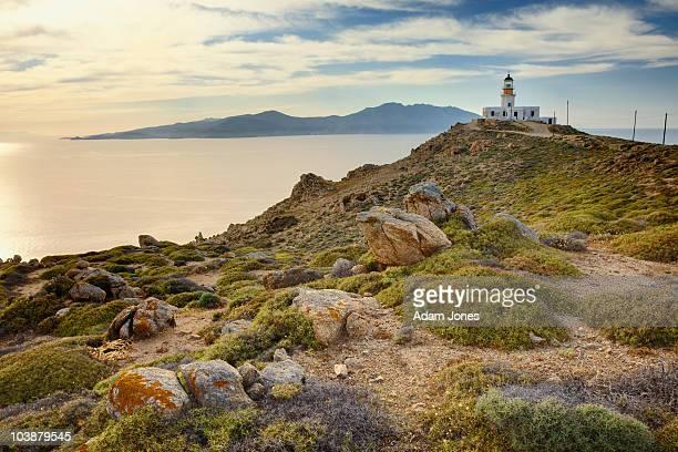 lighthouse on point - ver a hora stockfoto's en -beelden