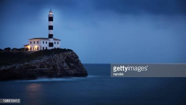 Faro en el acantilado en crepúsculo azul