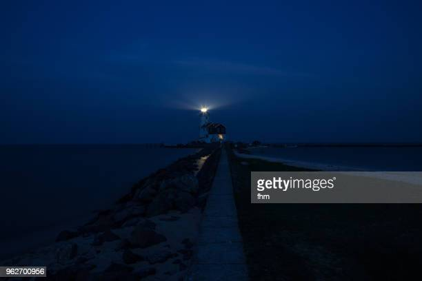 lighthouse paard van marken at night (marken, netherlands) - nationaal monument beroemde plaats stockfoto's en -beelden