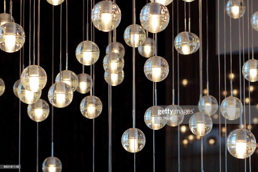 Kronleuchter Mit Glühbirnen ~ Beleuchtung kugeln auf der kronleuchter im lampenlicht glühbirnen