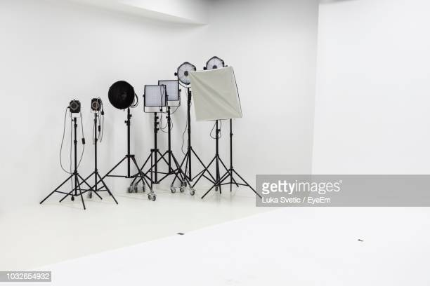 lighting equipment in studio - fotosession stock-fotos und bilder