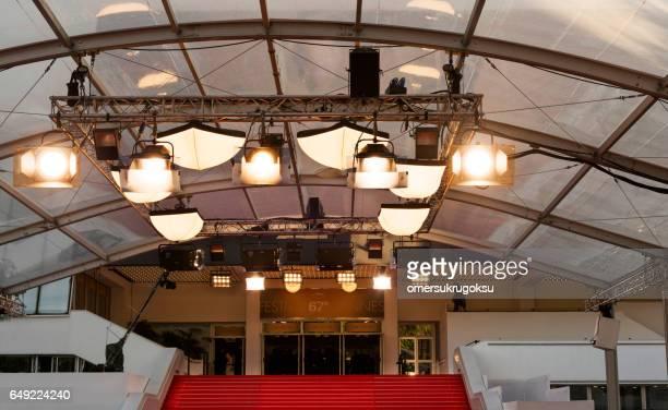 equipamentos de iluminação com tapete vermelho no festival de cannes - cannes - fotografias e filmes do acervo