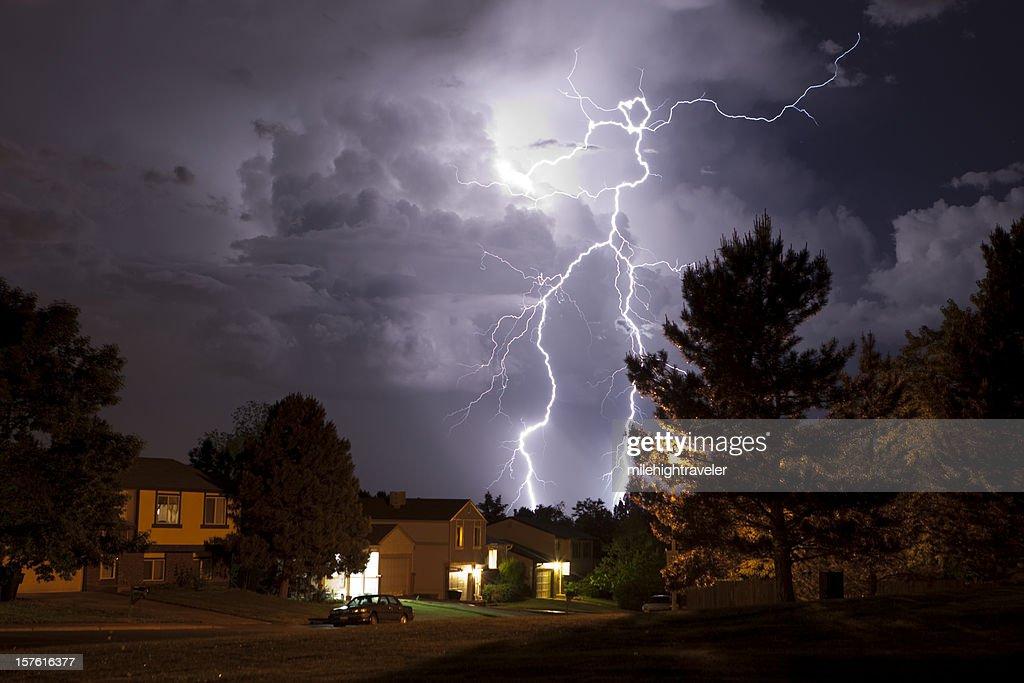 Lightning bolt and thunderhead storms over Denver neighborhood homes : Stock Photo