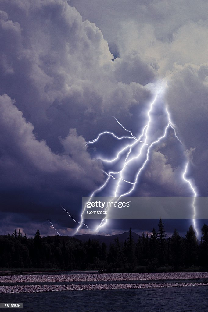Lightning bolts coming from clouds : Stockfoto