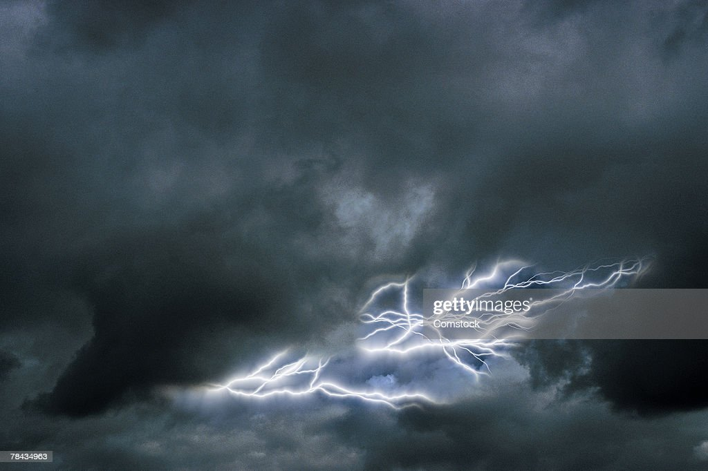 Lightning in a cloudy sky : Foto de stock