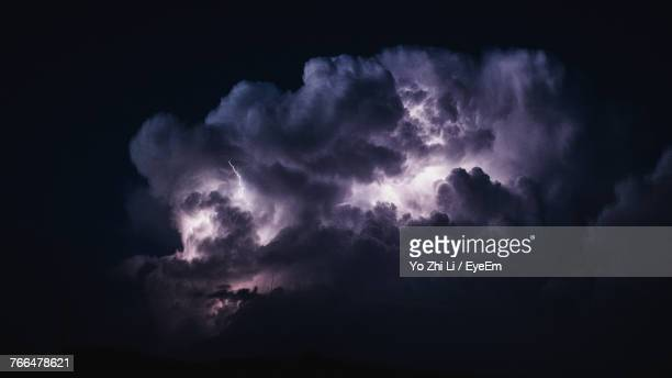 lightning in sky at night - nube temporalesca foto e immagini stock
