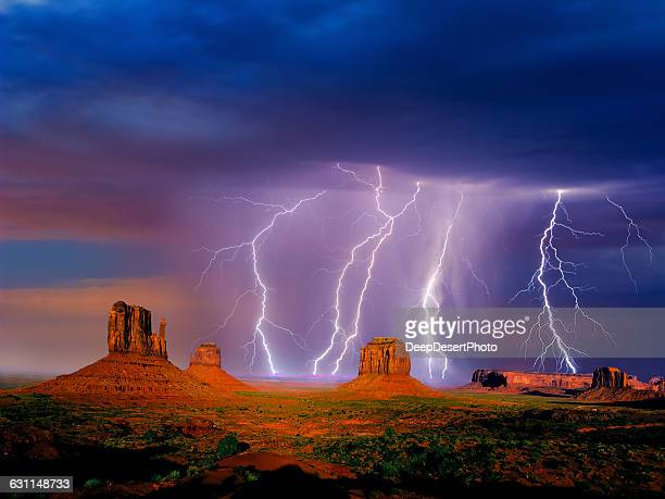 lightning over monument valley, arizona, america, usa - ponto de referência natural - fotografias e filmes do acervo