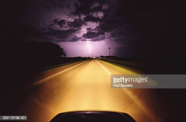 lightning storm above car lights on highway at night - descrição geral - fotografias e filmes do acervo