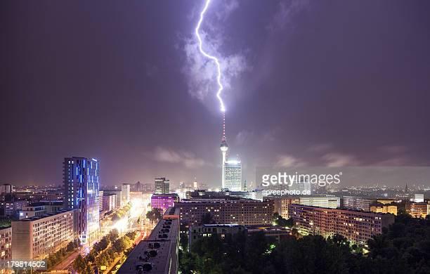 lightning strike at berlin fernsehturm - sturm stock-fotos und bilder