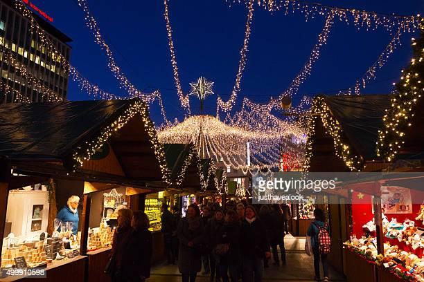 照明と星の装飾をクリスマスマーケットでエッセン - エッセン ストックフォトと画像