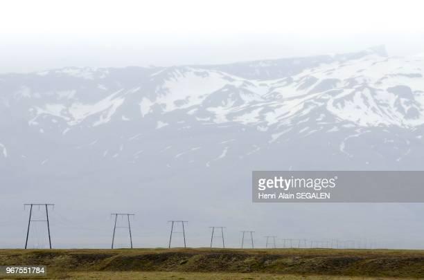 Ligne électrique haute tension, au long de la route N1, sous le glacier Oraefajokull, dans la région du Austurland en Islande.