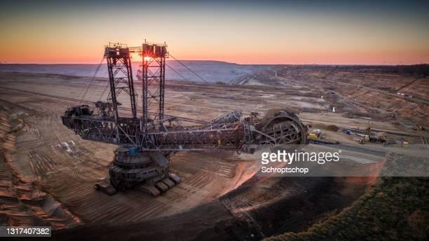 aerial:巨大なバケットホイール掘削機を備えた褐炭表面鉱山 - 鉱山 ストックフォトと画像