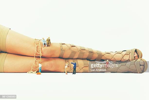 liittle people climbing giant female legs - personnage imaginaire photos et images de collection