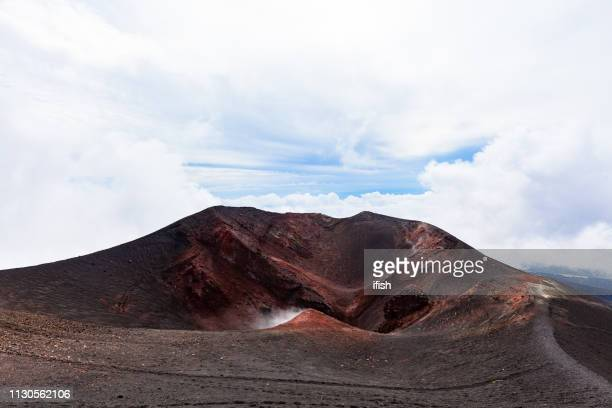 like a moonscape, southeast crater of etna, tallest active volcano in continental europe, sicily, italy - mt etna stock pictures, royalty-free photos & images