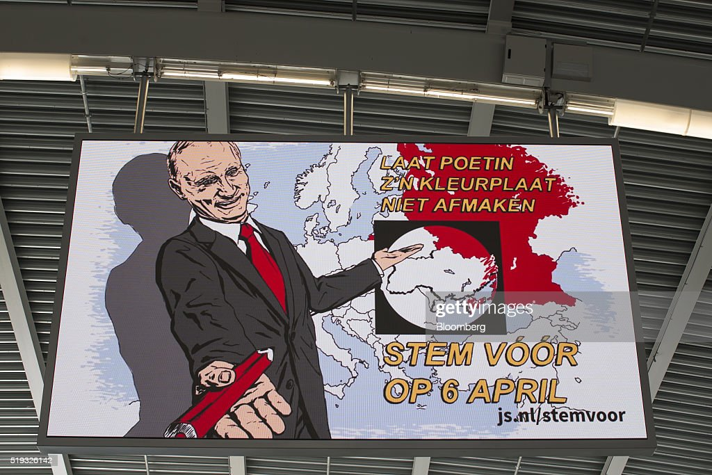 Dutch Voters Go To The Polls For EU/Ukraine Trade And Association Agreement Referendum : Nieuwsfoto's