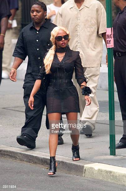 Lil' Kim arrives at RB singer Aaliyah's funeral at St Ignatius Loyola Roman Catholic Church in New York City 8/31/2001 Photo Evan Agostini/Getty...