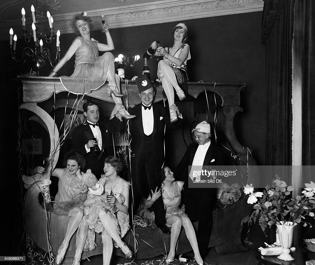 Lilian Harvey Lilian Harvey *19.01.1906-27.07.1968+ Actress, Germany / Great Britain At a New Year's Eve party 1927| above, sitting: Lilian Harvey (l), Camilla Horn| standing from the left: Max Hansen, Willi Fritsch, Wilhelm Bendow| sitting on the bo : News Photo