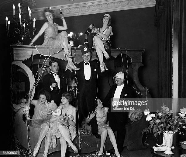 Lilian Harvey Lilian Harvey * Actress Germany / Great Britain At a New Year's Eve party 1927| above sitting Lilian Harvey Camilla Horn| standing from...