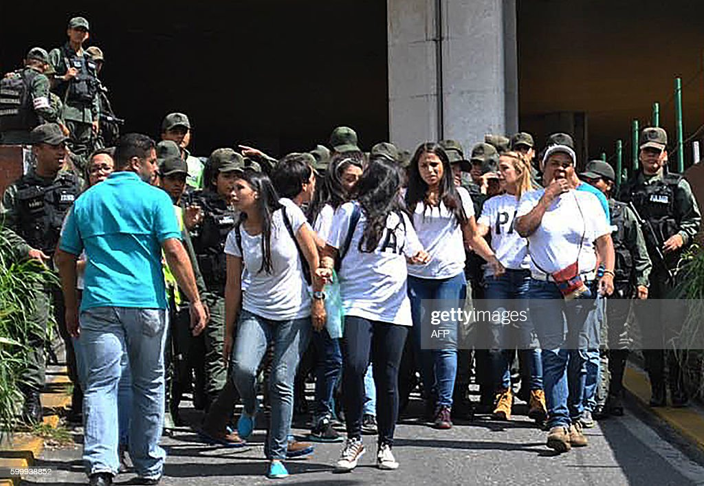 Lilian Tintori (2nd-R), wife of Venezuelan jailed opposition leader Leopoldo Lopez walks in front of the National Electoral Council (CNE) in Caracas on September 7, 2016 . Venezuela's opposition mounted fresh nationwide protests Wednesday to push for a vote on driving President Nicolas Maduro from power in the crisis-stricken country. / AFP / FRANCISCO