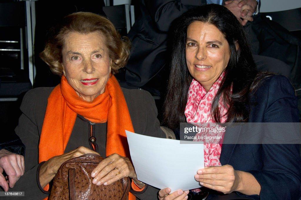 Giorgio Armani Prive: Front Row - Paris Fashion Week Haute Couture S/S 2012 : News Photo
