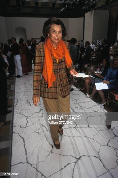 Liliane Bettencourt arrive à un défilé de mode le 18 juillet 1998 à Paris France