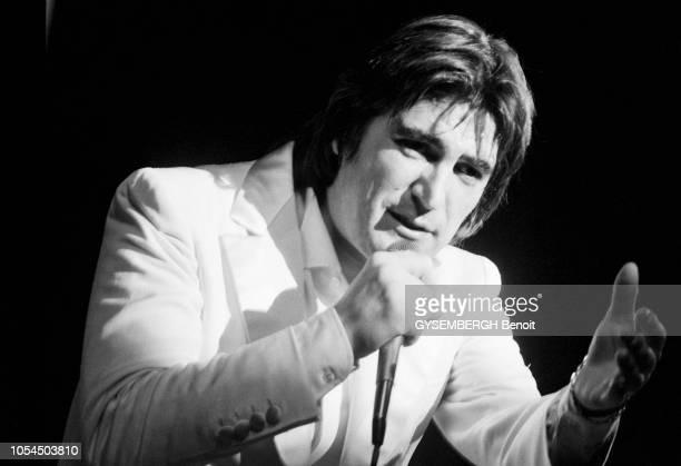 Lille France février 1982 Le chanteur Serge LAMA à Lille pour une série de concerts au théâtre Sébastopol du 1er au 5 février Ici chantant en costume...