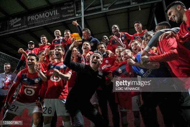 Lille's French head coach Christophe Galtier celebrates with Lille's players after winning the French L1 football match between Angers SCO and Lille...