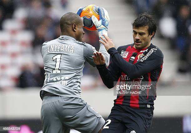 Lille's Nigerian goalkeeper Vincent Enyeama vies with Nice's Argentinian forward Dario Cvitanich during the French L1 football match Nice vs Lille on...