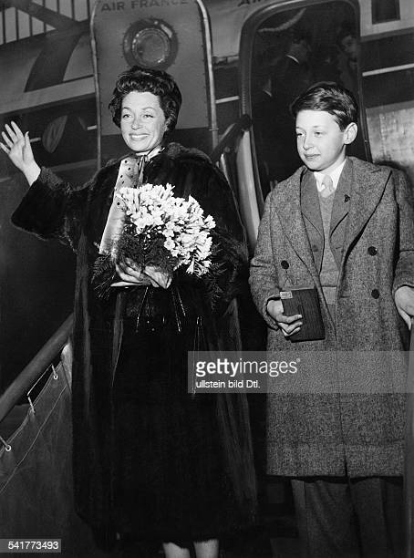 Lilli Palmer, *-+, Actress, Germany - with her son Carey of the marriage with Rex Harrison at the airport Berlin Tempelhof - 1955