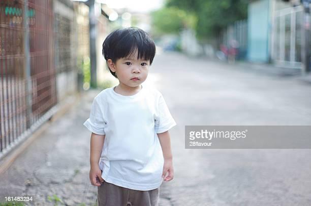 lillte boy in white t-shirt - 白tシャツ ストックフォトと画像