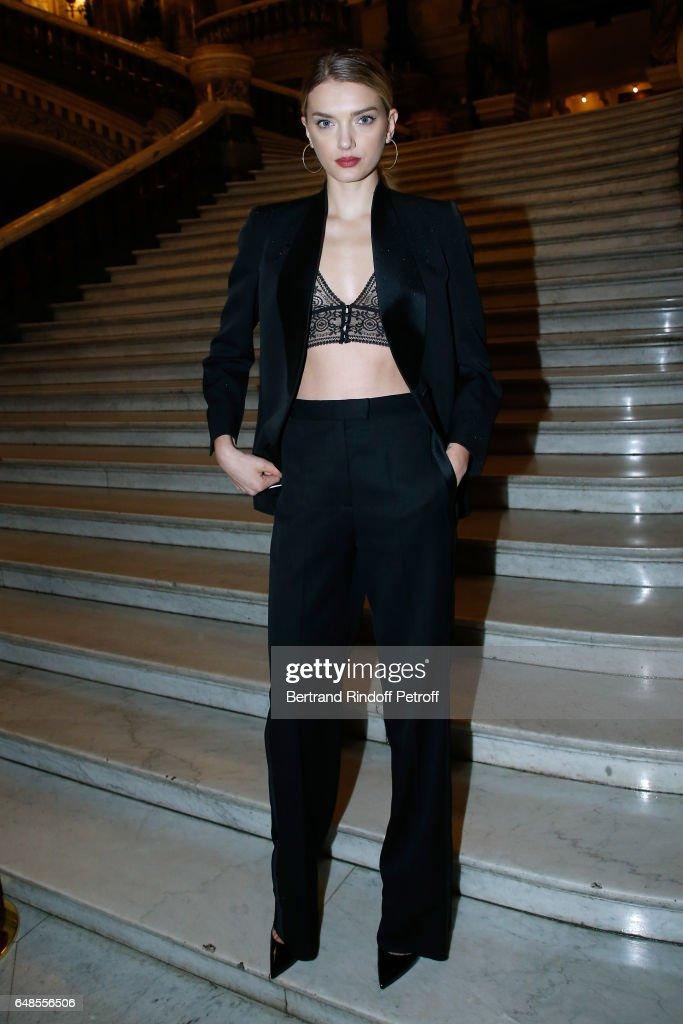 Stella McCartney : Front Row  - Paris Fashion Week Womenswear Fall/Winter 2017/2018 : News Photo