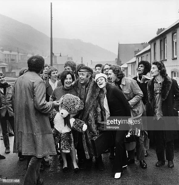 Lily Spinetti in Cwm South WalesThe cast of the musical Hair led by Victor Spinetti as he took the boys and girls to meet mum Mrs Lilian Spinetti...