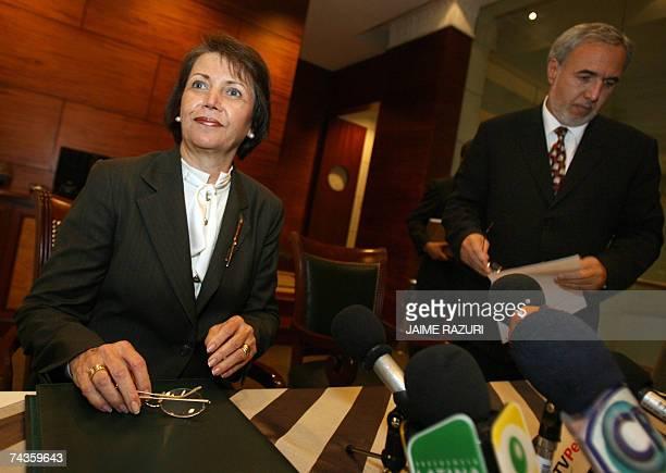 Carmela Marrou presidenta de la Bolsa de Valores de Lima y Francisco Oviedo Gerente General de la misma entidad se instalan para inicar una...