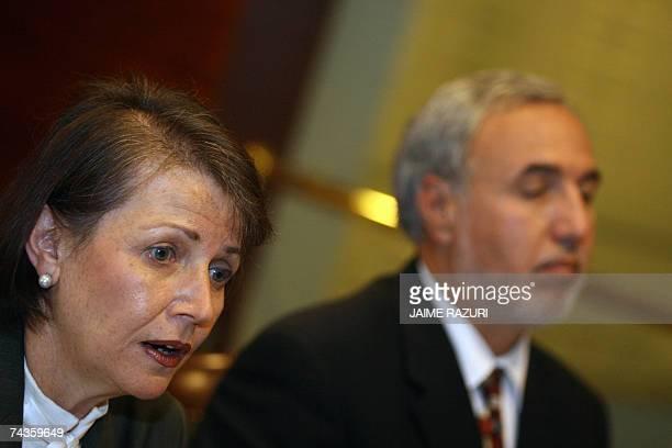 Carmela Marrou presidenta de la Bolsa de Valores de Lima y Francisco Oviedo gerente general de la misma entidad hablan con la prensa durante una...