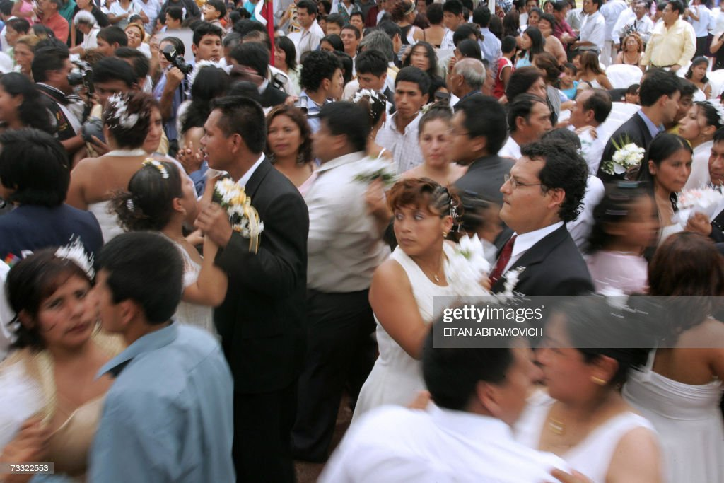 Couples dance after getting married in a mass wedding celebrated 14 February 2007 in Lima, during St. Valentine's day. AFP PHOTO/Eitan ABRAMOVICH