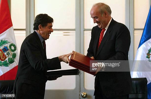El canciller guatemalteco Gert Rosenthal y su par peruano Jose Antonio Garcia Belaunde intercambian documentos el 08 de mayo de 2007 en Lima, durante...