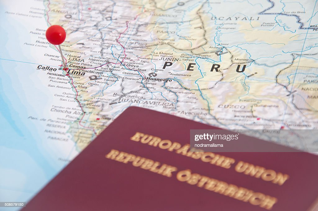 Lima, au Pérou, Rouge Broche et passeport, gros plan de la carte. : Photo