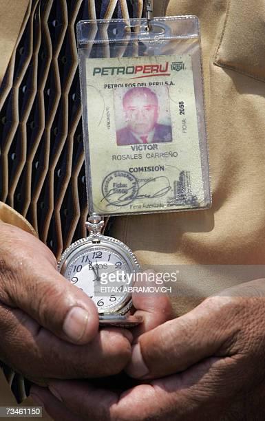 Un trabajador de una empresa estatal en Lima espera las 12 del mediodia para ajustar su reloj durante el inicio de una campana del estado por la...