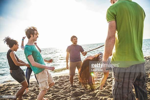 Gioco di Limbo sulla spiaggia