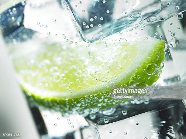 lime in iced drink - tonic water stock pictures, royalty-free photos & images
