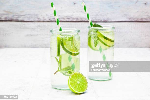 lime mint lemonade - kaltes getränk stock-fotos und bilder