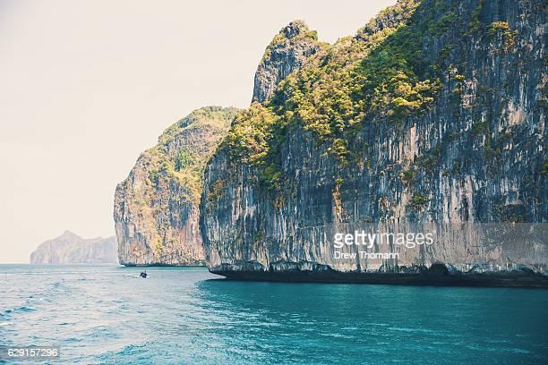 limestone floating on the ocean. - golf von thailand stock-fotos und bilder