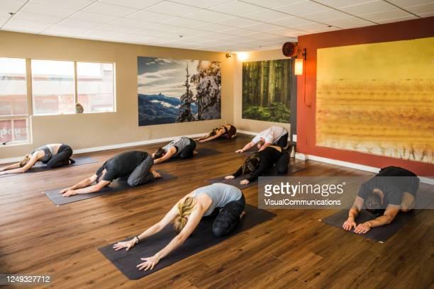 begrenzte menschen yoga-kurs im studio während covid-19 pandemie. - yogastudio stock-fotos und bilder