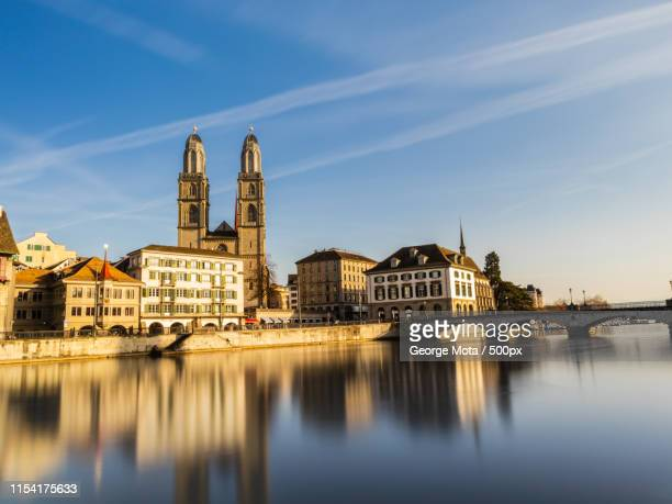 limmat river with grossmunster in zurich switzerland - rio limmat - fotografias e filmes do acervo