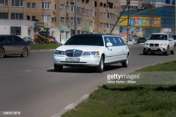 limo lincoln towncar - lincoln town car stock pictures, royalty-free photos & images