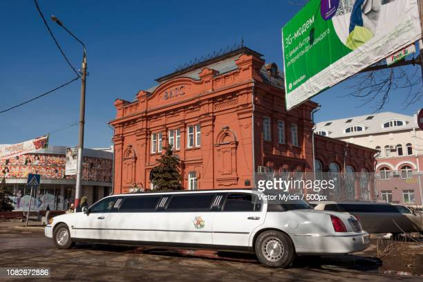 limo lincoln towncar - lincoln town car stock photos and pictures