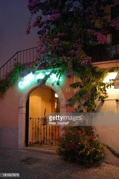 Limone sul Garda Gardasee Reise Italien/Europa Gasse Gassen Abend Abendsstimmung nachts Nacht Blumen Pflanzen Bougainville