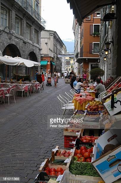 Limone sul Garda Gardasee Reise Italien/Europa Markt Obst Gemüse Gasse Obststand Gemüsestand
